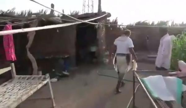 فيديو- نجاة أسرة كاملة من موت محقق جراء قصف صاروخي حوثي طال منزلهم جنوب الحديدة