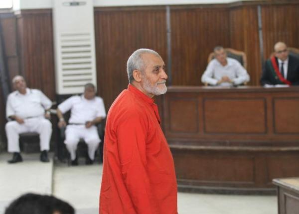 محكمة مصرية تعاقب مرشد الإخوان بالمؤبد في إعادة محاكمته بقضية البحر الأعظم