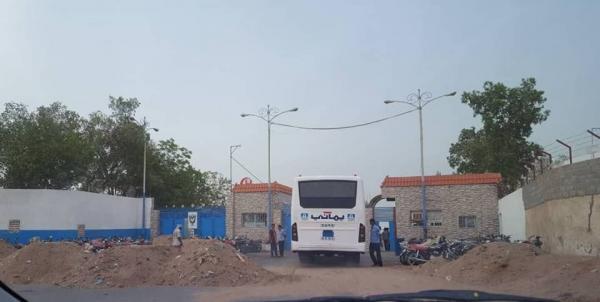 """الحوثيون يغلقون بوابة مصنع """"يماني"""" بالحديدة ويمنعون دخول وخروج الموظفين"""