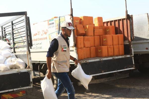 الهلال الإماراتي يقدّم قافلة مساعدات غذائية جديدة إلى التحيتا بالساحل الغربي