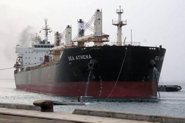 """النفط اليمنية توضح بشأن ناقلة البنزين في الحديدة ومحطات """"السوداء"""" بصنعاء وفرع عدن"""