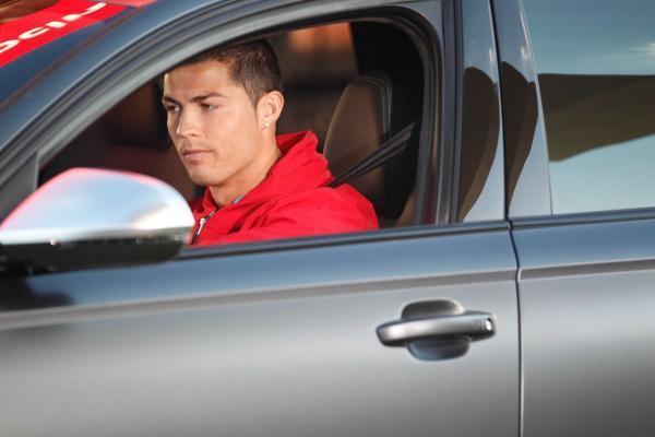 صحيفة: رونالدو كان مختبئا في سيارته أثناء استلام ميسي للكرة الذهبية