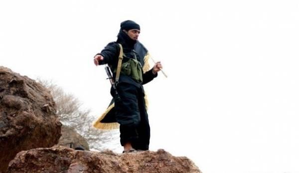 صحيفة: القاعدة يسيطر على جبل يسوف الاستراتيجي في أبين بغطاء جوي سعودي