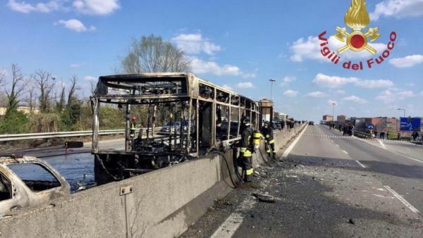 إيطاليا: سائق يشعل النيران في حافلة تقل 51 طالبا احتجاجا على &#34موت المهاجرين الأفارقة في المتوسط&#34