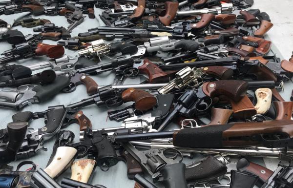 غموض يحيط بقضية العثور على ألف بندقية في أحد القصور لوس أنجلوس