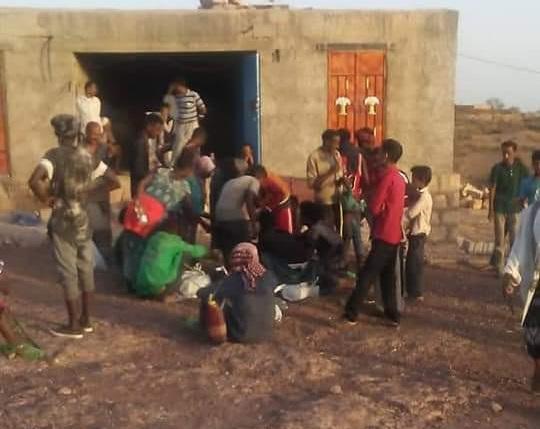 تعز.. عشرات اللاجئين الأفارقة يصلون إلى بني عمر بمديرية الشمايتين