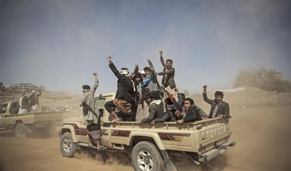 مليشيا الحوثي تسير قافلتين إرشاديتين إلى الضالع لحث المواطنين على القتال في صفها