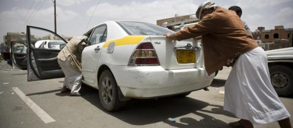 أزمة مشتقات نفطية خانقة تعصف بصنعاء