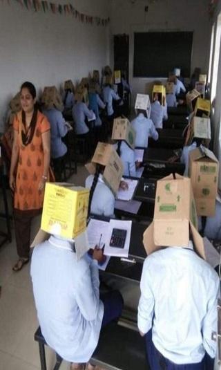 مدرسة هندية تكافح الغش بصناديق على رؤوس الطلاب