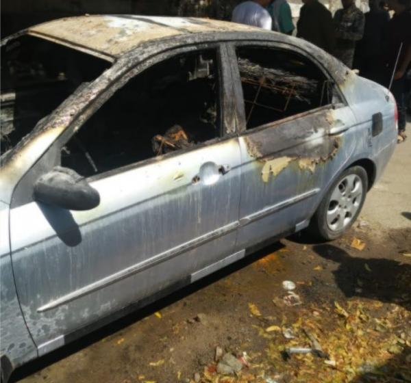 عدن.. مسلحون مجهولون يضرمون النار في سيارة وبداخلها مالكها بعد إعدامه رمياً بالرصاص
