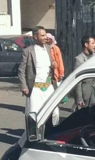 """وكيل العاصمة """"السقاف"""" المعين من الحوثي يغلق مطعماً بعد قيامه بأعمال بلطجة وتصوير فتيات"""