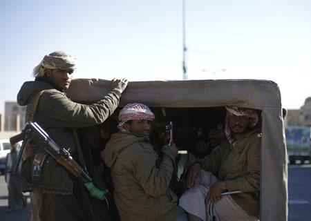 قيادي حوثي يقتحم رفقة مسلحين مكتب أشغال الأمانة ويهددون المدير العام والموظفين بالضرب