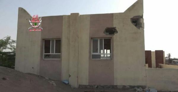 الحديدة.. مليشيا الحوثي تستهدف بقذائف الهاوتزر مسجداً في الجبلية بالتحيتا