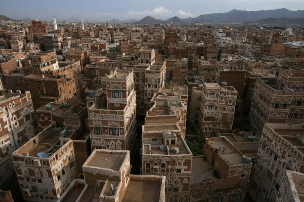في استمرار تجريف الوظائف العامة.. قرارات تعيين موالين للحوثيين في ضرائب العاصمة (وثائق)