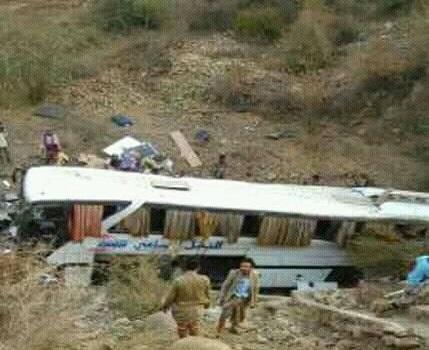 حادث مروري يودي بحياة شخصين وإصابة 18 آخرين في المحويت