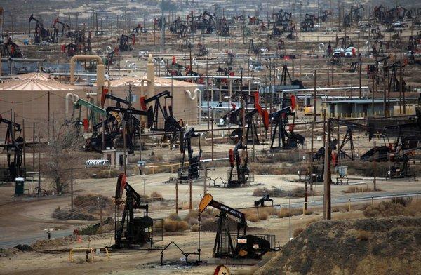 أسعار النفط تشتعل بعد هبوط مفاجئ لمخزونات الخام الأمريكية