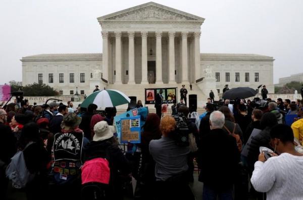 المحكمة العليا الأمريكية تميل لتأييد حظر السفر الذي أصدره ترامب