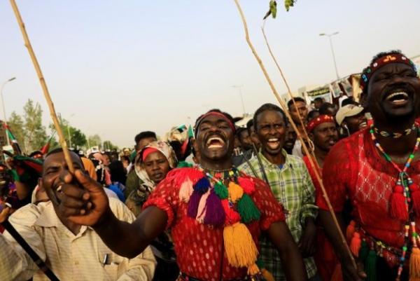 المجلس العسكري في السودان يقول إنه سيقدم يوم الاثنين رؤيته للمرحلة الانتقالية