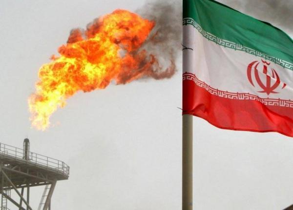 إيران تخزن المزيد من النفط في البر والبحر مع تهاوي الصادرات