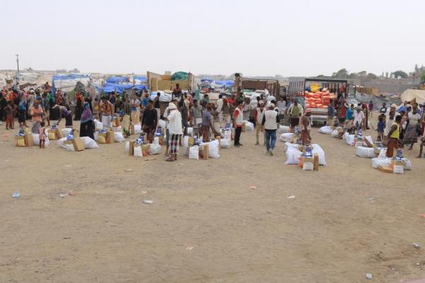 """ضمن الاستجابة العاجلة من دولة الإمارات """"الهلال الاحمر"""" يغيث النازحين في اليمن بمساعدات إيوائية وإغاثية"""