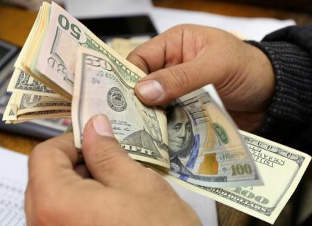 ملايين الدولارات تهربها المليشيا الحوثية إلى الخارج تحت مسمى مشتريات نفطية
