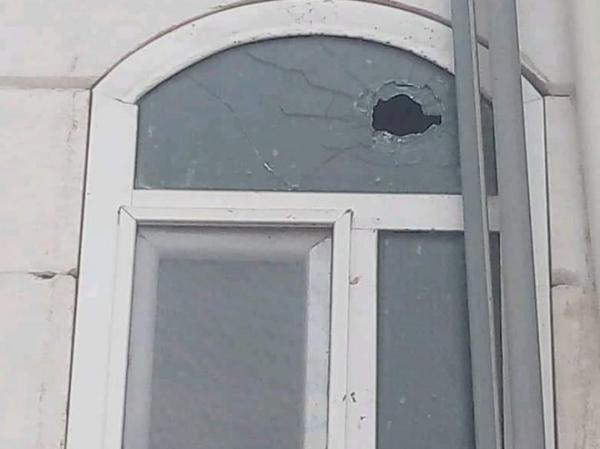 تعرض منزل مسؤول حكومي مكتظ بساكنيه في الحشاء لإطلاق نار من قبل الحوثيين