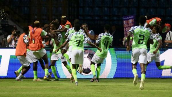نيجيريا تنتزع الفوز بالقمة أمام جارتها الكاميرون (3-2) وتتأهل لربع النهائي