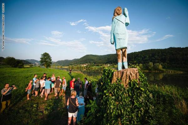 تمثال ميلانيا ترامب &#34السنفورة&#34 يثير السخرية في مسقط رأسها