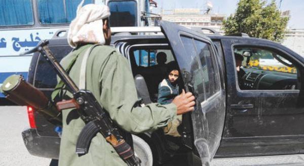 مليشيا الحوثي في منطقة الراهدة تمنع المسافرين إلى عدن وتنهبهم أموالهم ومقتنياتهم