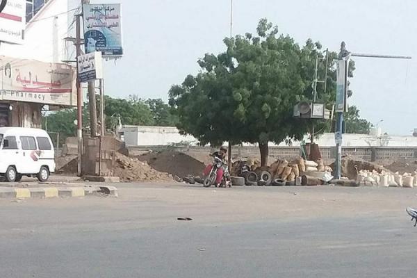 مليشيا الحوثي تواصل وضع المتاريس في شوارع مدينة الحديدة