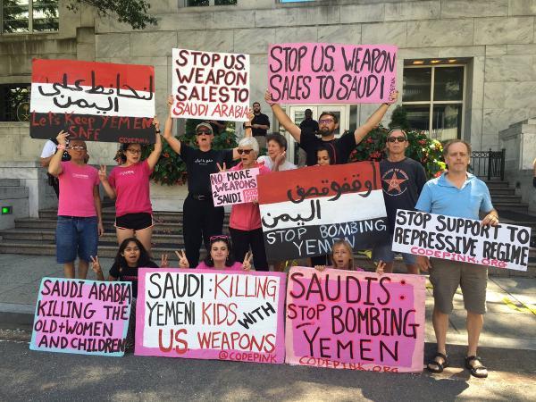 بالصور- أمريكيون من أمام سفارة الرياض في واشنطن: السعودية تقتل أطفال اليمن