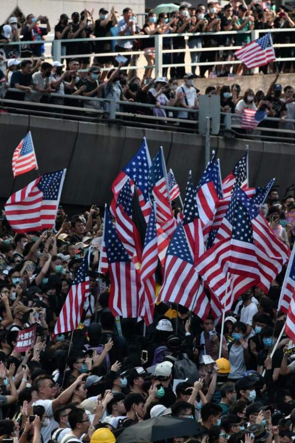 متظاهرون في هونغ كونغ يرفعون الأعلام الأمريكية