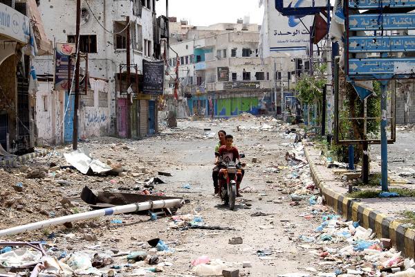 تعز: استشهاد مدني وجرح اخرين بقذيفة اطلقها المرتزقة على حي سكني