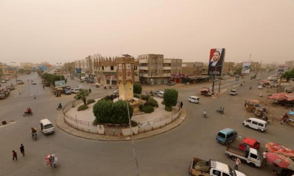سيارات للحوثيين بمكبرات صوت تجول مدينة الحديدة تستجدي المواطنين الانضمام إليها واختفاء للقيادات