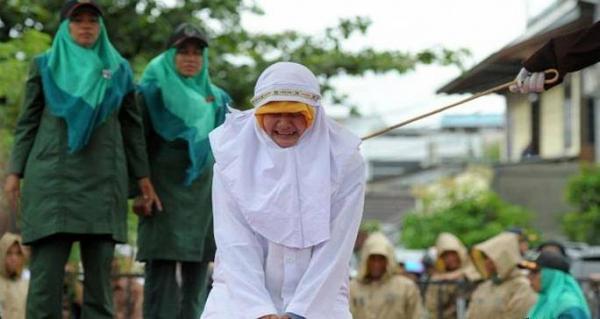 امرأة إندونيسية تجلد 100 جلدة لمجرد &#34اقترابها&#34 من رجل