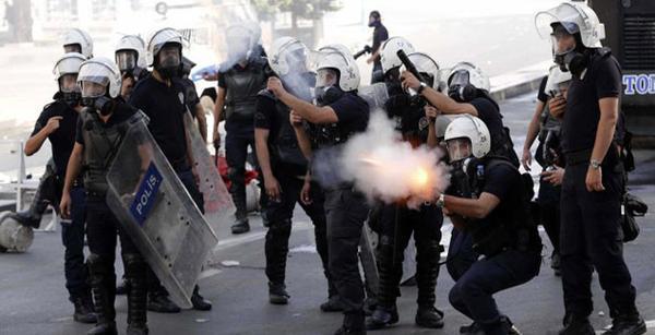 الشرطة التركية تستخدم الغاز المسيل للدموع لتفريق متظاهرين خارج محكمة
