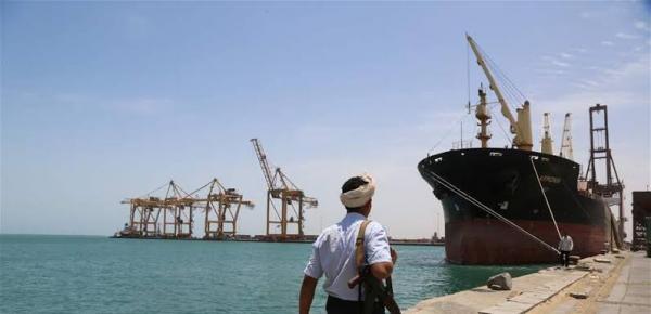 عشر سفن محملة بالنفط رفضت مليشيا الحوثي السماح لها بافراغ حمولتها بميناء الحديدة لتهدد بها الملاحة الدولية