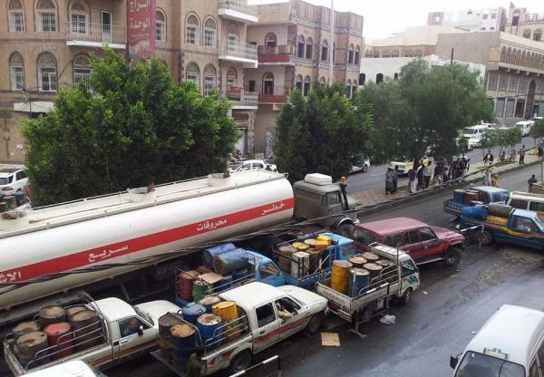استمرار أزمة المشتقات والغاز المنزلي بصنعاء.. و1000 ريال سعر اللتر الواحد من البنزين