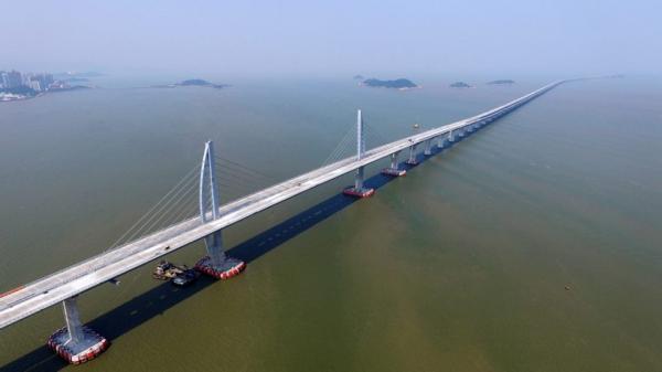 صور- الصين تدشن أطول جسر عابر للبحار فى العالم