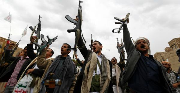 مليشيا الحوثي تخص عناصرها الذين وزعتهم على مراكز الشرطة بمواد غذائية وتتجاهل الضباط والجنود