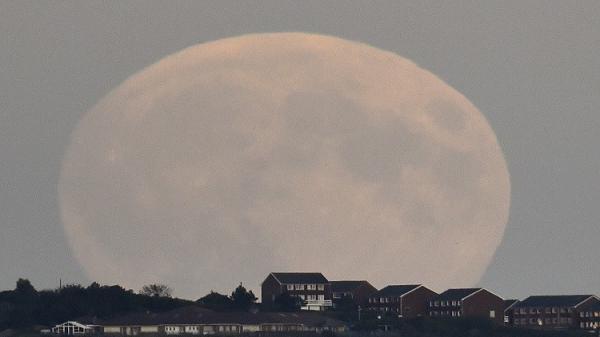 نوفمبر يشهد ظهور &#34القمر العملاق&#34 الأكبر منذ 70 عاما