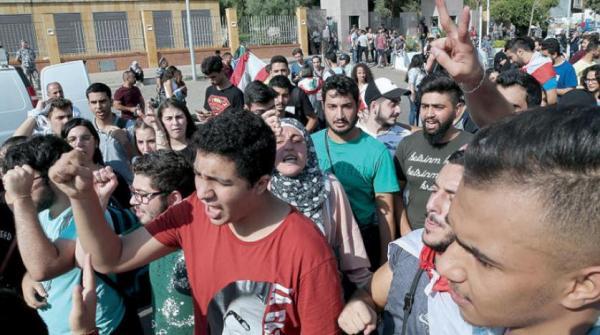 المتظاهرون اللبنانيون ينتقلون إلى خطة جديدة للاعتصام أمام المدارس والمؤسسات الرسمية