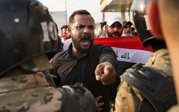 """طهران وأوهام """"المؤامرة الصهيونية"""".. اللبنانيون والعراقيون أدركوا أنهم صاروا تحت قبضة نظام إيراني يتاجر بهم"""