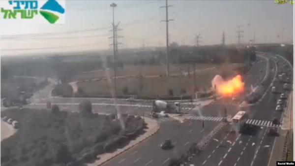 صاروخ يسقط على طريق سريع في إسرائيل (فيديو)