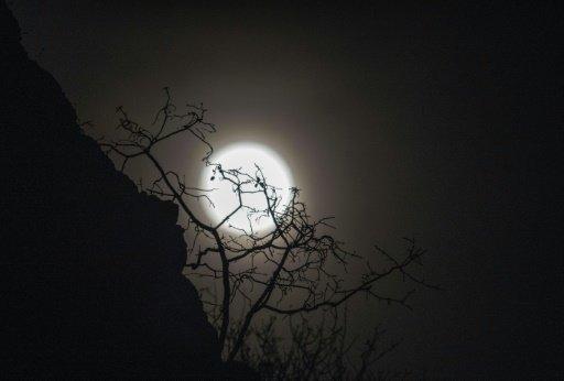 اساطير ومعتقدات ما زالت تدور حول القمر