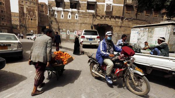 مليشيا الحوثي تعاود مطاردة البساطين والباعة الجائلين في شوارع مديرية معين بأمانة العاصمة