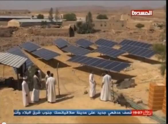 بالفيــديو| أزمة الديزل تجبر مواطناً بصعدة على استخدام الألواح الشمسية لتشغيل مضخة المياه