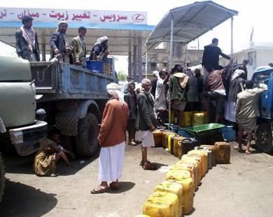 بسبب أزمة المشتقات.. إطلاق نار قرب إحدى محطات الوقود وسط صنعاء