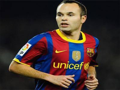 إنييستا يوافق على تمديد عقده مع برشلونة لثلاثة أعوام