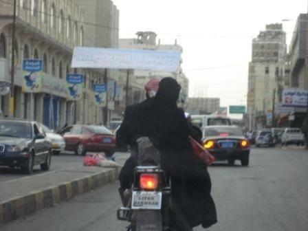 تعز.. مجهول يستقل دراجة نارية ينهب أحد المواطنين نحو 2 مليون ريال